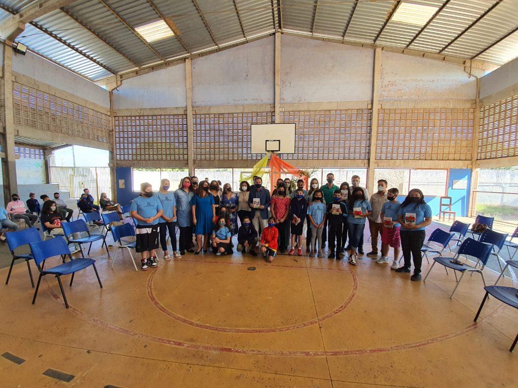 Escola Municipal Professora Oliva Enciso incentiva leitura e escrita por meio de poesia sul-mato-grossense e alunos do 5º ano B lançam livro de poemas